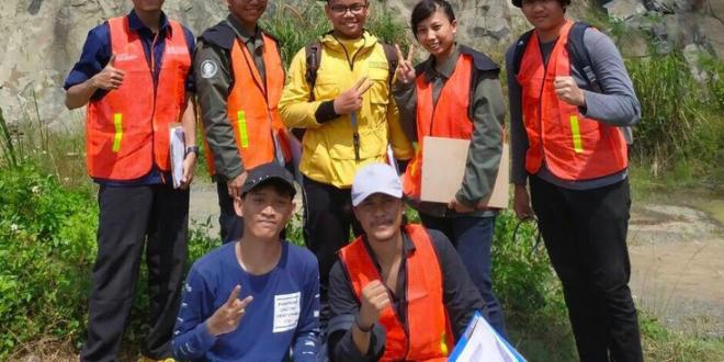 Mahasiswa Program Studi Teknik Geologi Universitas Pertamina Tunggul Mirza (tengah) berfoto bersama saat menjadi asisten praktikum dalam kegiatan lapangan gelologi fisik di Bogor, Jawa Barat pada Tahun 2019 lalu. (Foto: Dok. UP)