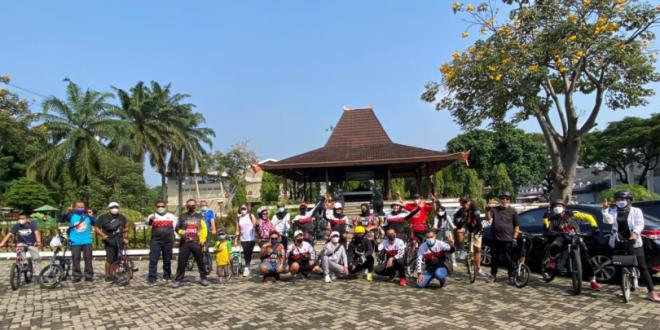 """Komunitas mobil Pajero Indonesia ONE menggelar acara bertajuk """"Gowes Cari Sarapan"""" atau GOCAPAN yang berlangsung di area Taman Mini Indonesia Indah (TMII), Minggu (6/6)."""