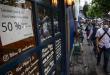 Warga berjalan di depan salah satu restoran di kawasan Sabang, Jakarta, Jumat (8/1/2021).