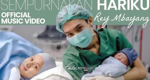 Rey Mbayang menyanyikan lagu Sempurnakan Hariku yang dibuatnya setelah terinspirasi dari kebahagiaannya saat dikaruniai buah hati, Selasa (22/6/2021). Dinda Hauw melahirkan anak laki-lakinya, Minggu (20/6/2021) siang.