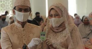 Ilustrasi - Pasangan pengantin melangsungkan pernikahan saat pandemi COVID-19