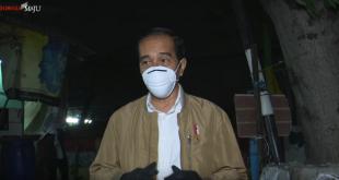 Tangkap layar Presiden RI Joko Widodo membagikan paket obat dan sembako kepada warga di Jakarta Utara, Kamis (16/7/2021) malam.