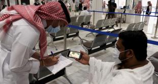 Petugas keamanan mengecek ijin kedatangan ke Masjidil Haram untuk melaksanakan ibadah haji di kota Mekah, Arab Saudi, Sabtu (17/7/2021).
