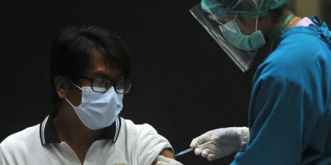 Vaksinator menyuntikkan vaksin COVID-19 kepada pekerja sektor pariwisata di Nusa Dua, Badung, Bali.