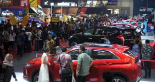 Pengunjung dan undangan memadati area pameran pada pembukaan pameran otomotif Gaikindo Indonesia International Auto Show (GIIAS) ke-27 tahun 2019 di ICE BSD, Tangerang Selatan, Banten, (indoposonline.NET/dok.antara)