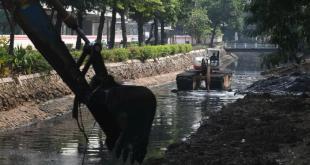 Petugas dengan menggunakan alat berat mengeruk endapan di Kali Cideng, Jakarta, Senin (19/7/2021). Pengerukan tersebut dilakukan sebagai upaya mencegah pendangkalan kali atau sungai yang menjadi salah satu penyebab banjir di ibu kota. (dok.antara)