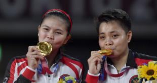 Pebulu tangkis ganda Putri Indonesia Greysia Polii (kiri) dan Apriyani Rahayu mencium medali emas yang mereka raih untuk nomor bulu tangkis ganda putri Olimpiade Tokyo 2020 di Musashino Forest Sport Plaza, Tokyo, Jepang, Senin (2/8/2021). Greysia Polii/Apriyani Rahayu berhasil meraih medali emas setelah mengalahkan Chen/Jia Yi Fan dua set langsung 21-19 dan 21-15. (dok. Antara)