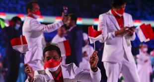 Kontingen Indonesia dalam defile atlet Olimpiade pada upacara pembukaan Olimpiade Tokyo 2020 di Stadion Olimpiade Tokyo, Jepang, Jumat (23/7/2021).