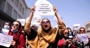 Pejuang hak perempuan Afganistan dan aktivis sipil melakukan protes menyerukan kepada Taliban untuk meneruskan prestasi mereka dan pendidikan, di depan istana kepresidenan di Kabul, Afganistan, Jumat (3/9/2021).