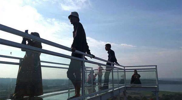 Pengunjung menikmati pemandangan di objek wisata Bukit Cinta Anti Galau di Cirebon, Jawa Barat, Minggu (5/9/2021).