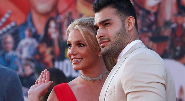 """FOTO FILE: Britney Spears dan Sam Asghari berpose di pemutaran perdana """"Once Upon a Time In Hollywood"""" di Los Angeles, California, AS, 22 Juli 2019. REUTERS/Mario Anzuoni"""