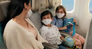 Ilustrasi berwisata menggunakan pesawat bersama keluarga.