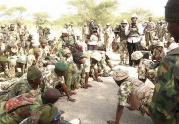 Arsip - Tentara Nigeria berfoto saat mereka dikerahkan untuk ambil bagian dalam pertempuran melawan Boko Haram di Damask, Negara Bagian Borno, Nigeria, November 2015. .Foto : Reuters